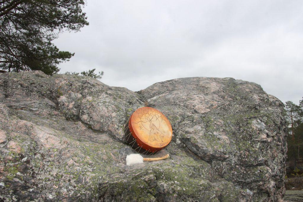 Kalliolla kukkulalla rummuttelemassa